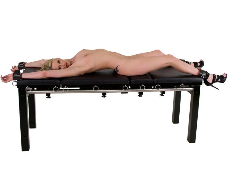 Nackt auf der streckbank